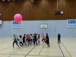 Kin-ball sai koko luokan liikkeelle.